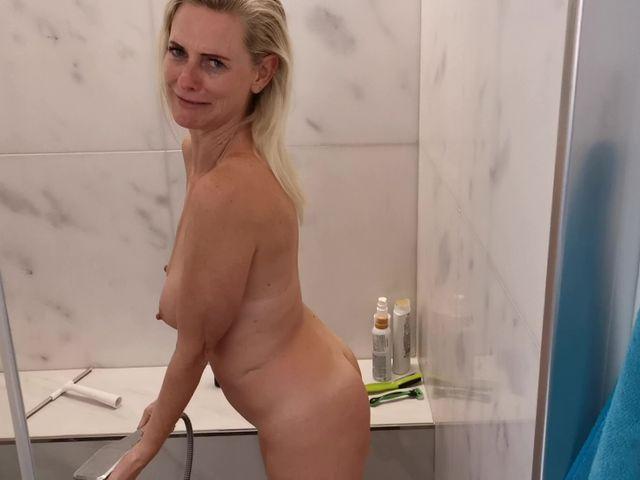 Komm dusch mit mir….Ich piss dich voll!